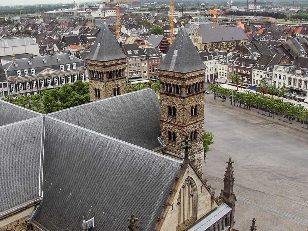 Blick von Servaasbasiliek auf den Vrijthof (Maastrich 2006)